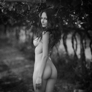 Черно белые эротические фото девушек стоит голая развернувшись