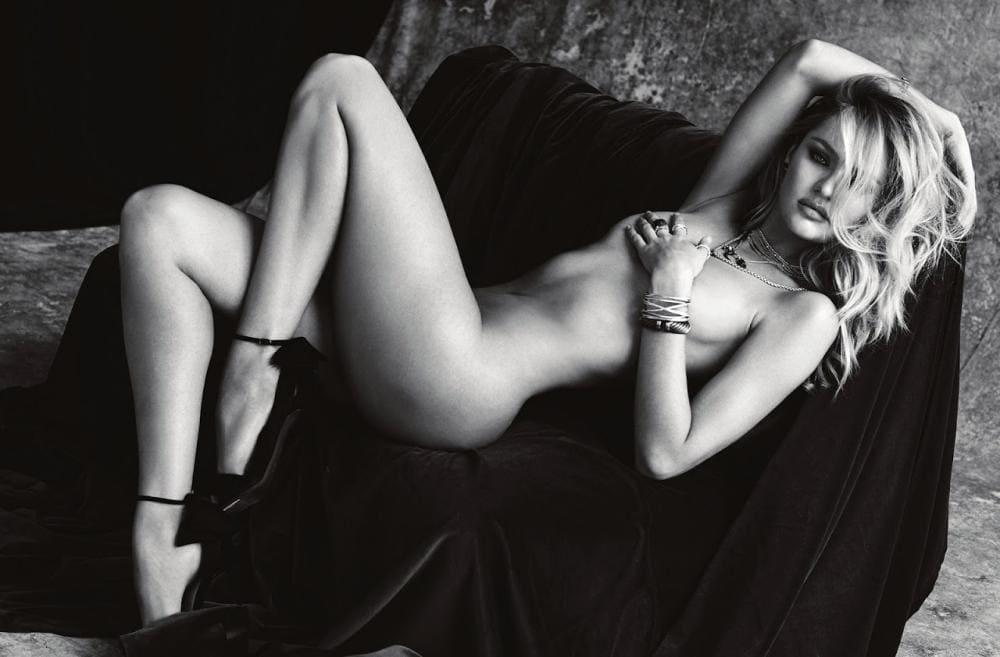 Кэндис Свейнпол голая лежит на мини диване, туфли на каблуках на руках браслеты на шее бижутерия, черно белое фото