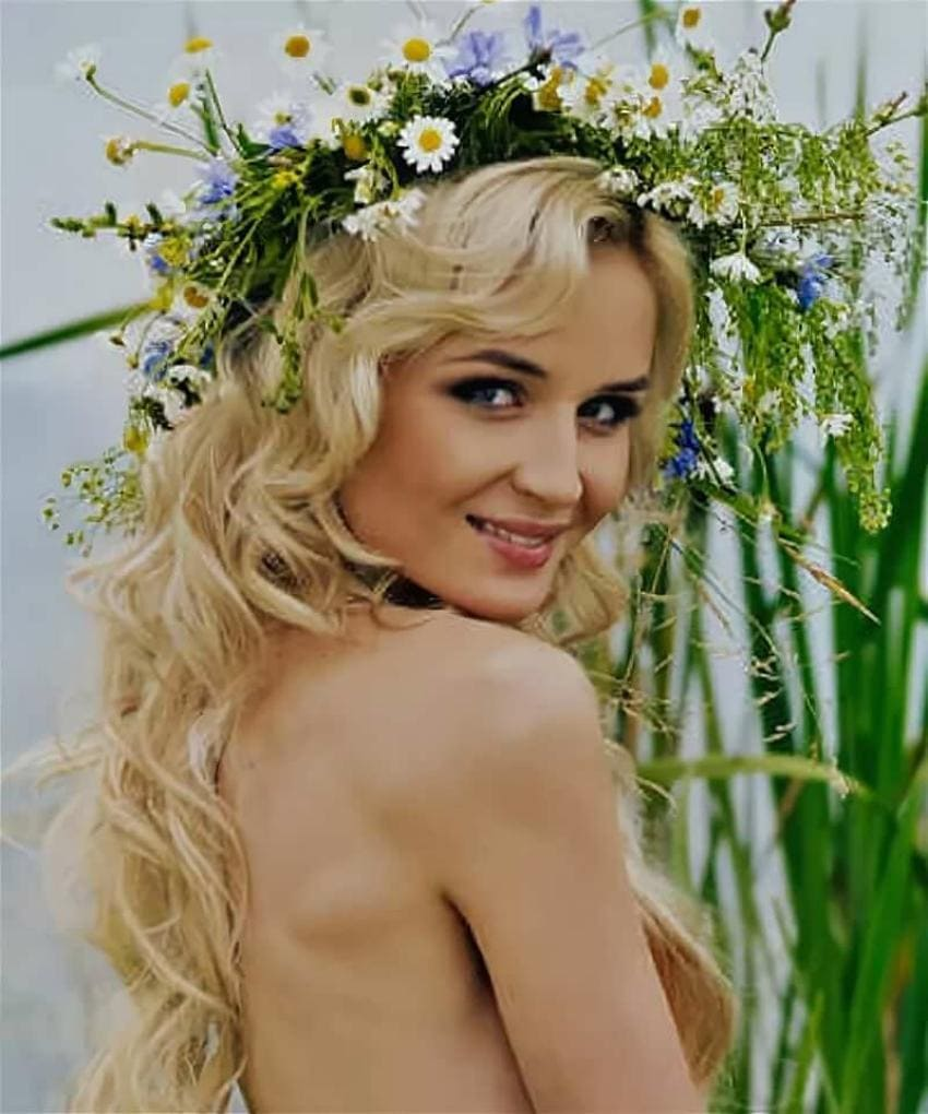 Полина Гагарина фото портрет на голове венок из полевых цветов, волосы распущены, яркий макияж, оголенные плечи, улыбается