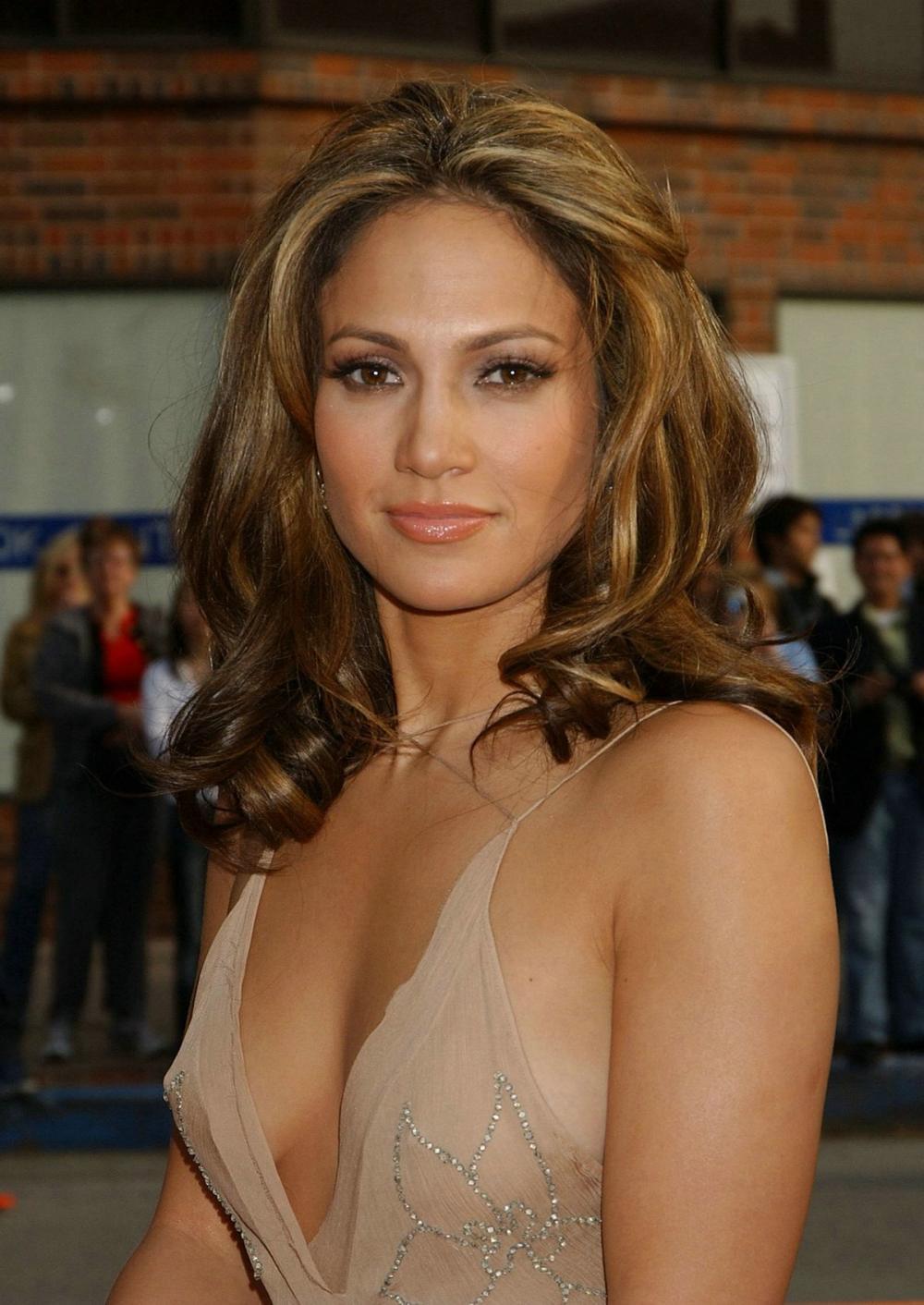 Дженифер Лопес фото портрет в просвещающемся платье с глубоким декольте видна грудь