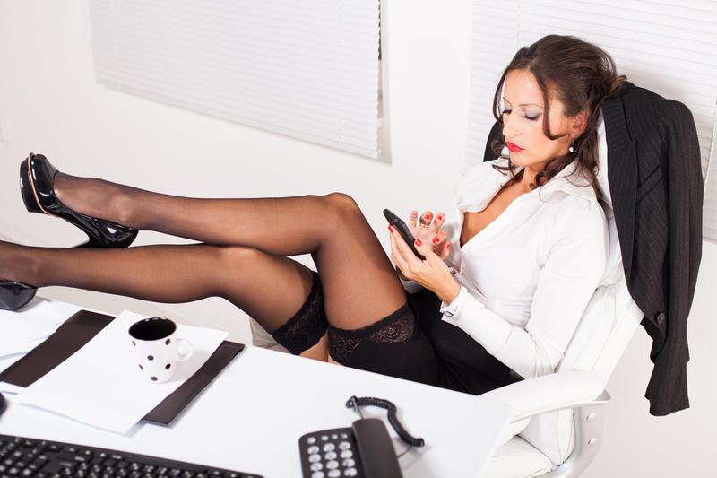 Секретарши фото чулки брюнетка сидит на стуле ножки подяла на стол белая кофта, туфли на каблуке