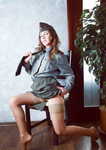 фото девушек в военной форме и чулках