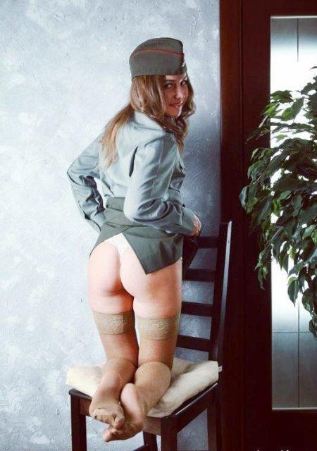 фото девушки в военной форме в юбке и чулках стоит на коленях на стуле в пилотке показываю голую жопу