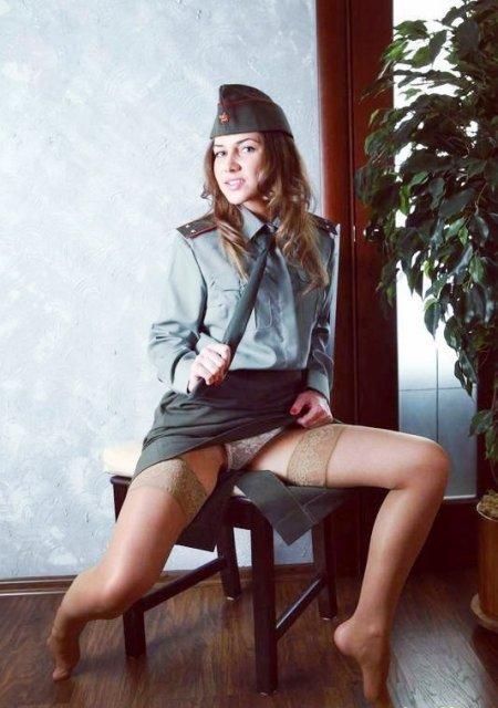 сексуальные девушки в военной форме и чулки телесного цвета