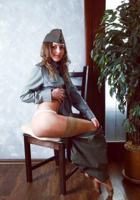 Девушки в военной форме почти раздетые и голые (41 фото)