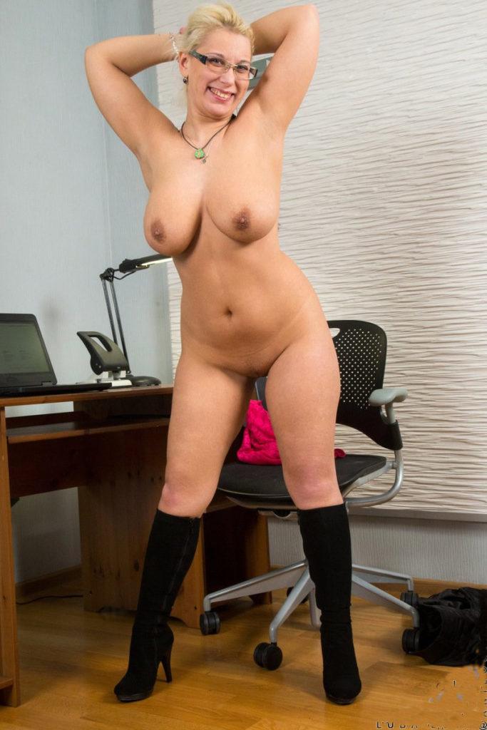 Фото гола секретарша зрелая стоит во весь рост, в сапожках, руки подняла на голову