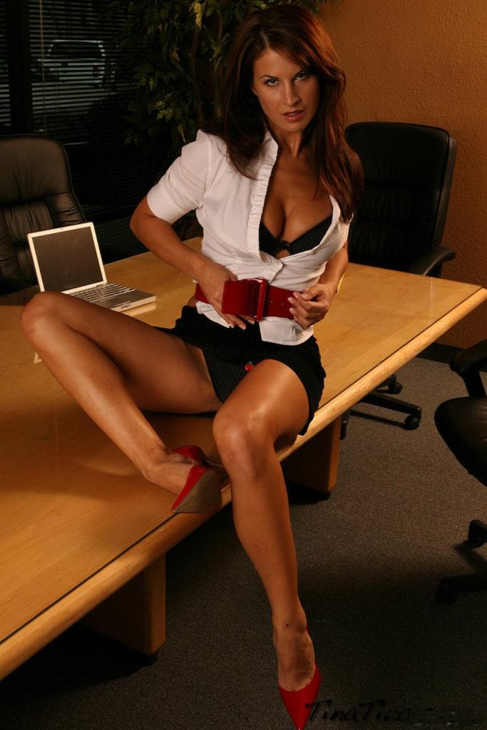 Секретарши в юбке фото ноги раздвинула, юбка задрана, засветила трусиков, расстегнула кофточку показывает сиськи в лифчике, сексуальный манящий взгляд