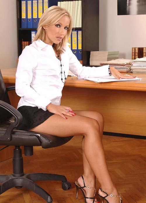 Секретарши в юбке фото сидит на стуле в белой рубашке с длинным рукавом, очень короткая юбка, открытые босоножки на каблуке