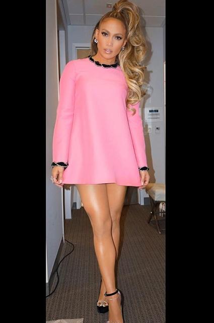 Дженифер Лопес фото блондинка в коротком розовом платье стоит показывает свои стройные ножки на каблуках