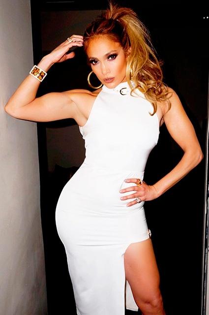 Дженифер Лопес фото стоит в обтягивающем белом платье с большим разрезом до письки