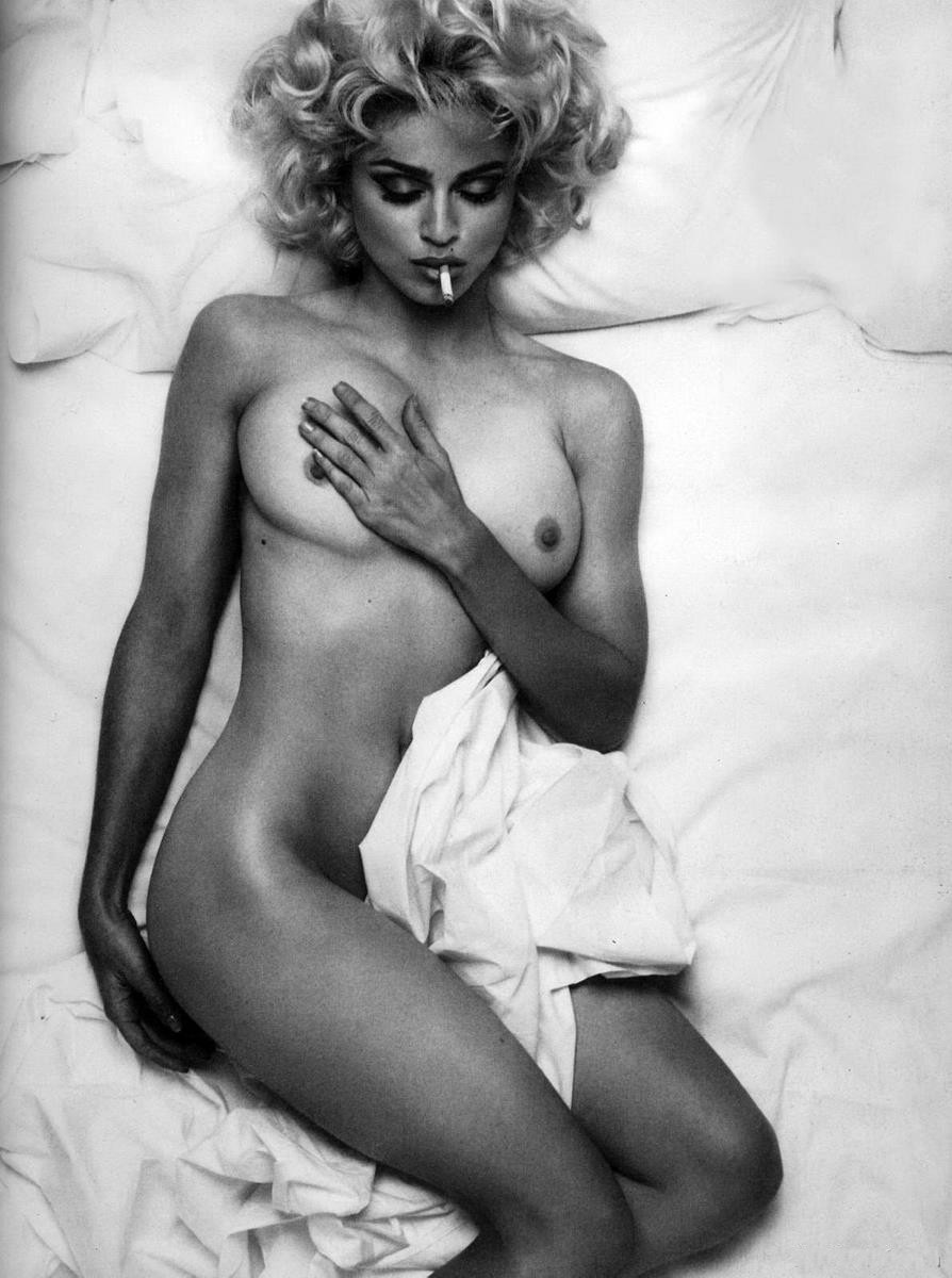 Мадонна фото молодая голая на кровати лежит с сигаретой во рту