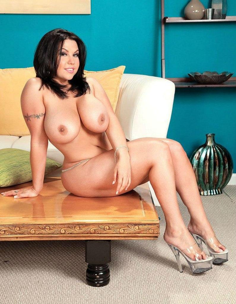 голые зрелые женщины с большими сиськами сидит красивая брюнетка на кровати в босоножках на большом каблуке и платформе