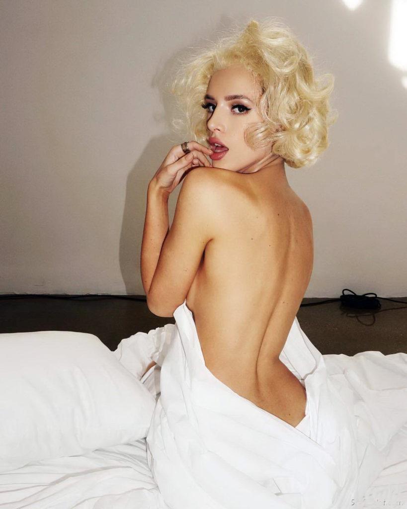 Белла Торн голая сидит в постели в полоборота