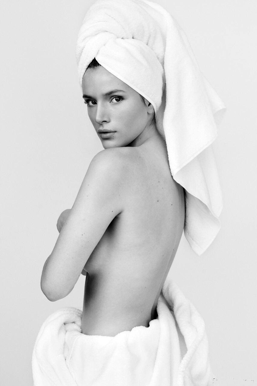 Белла Торн голая черно белое фото после душа на голове чалма завернута в полотенце по пояс спина грудь открыта