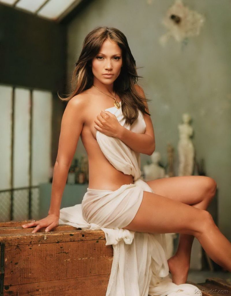 Дженифер Лопес гола фото сидит на столе замотана в белом покрывале