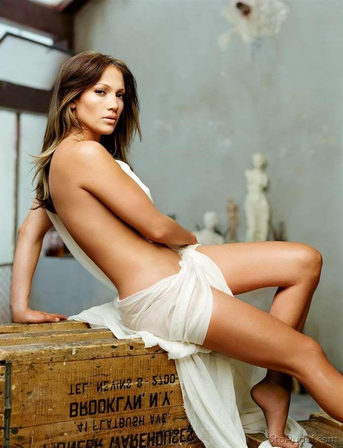 Дженифер Лопес гола фото сидит на столе замотана в белом покрывале немного прогнулась назад