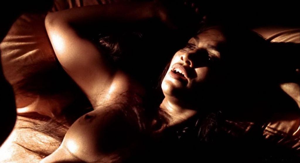 откровенные фото Дженифер Лопес лежит на кровати открыла ротик голые сиськи