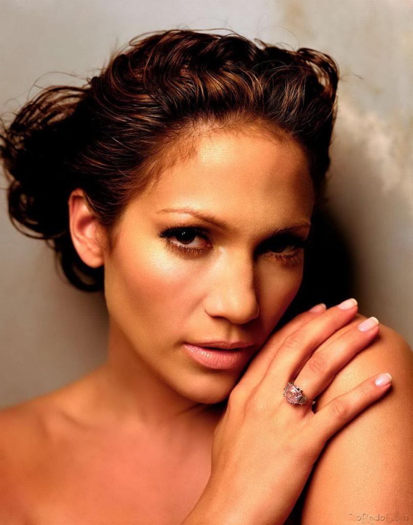 откровенные фото Дженифер Лопес портрет не яркий макияж, строгий взгляд, голые плечи
