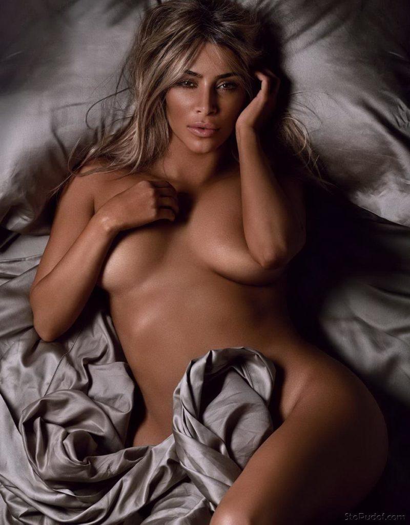 ким кардашьян голая блондинка лежит в кровати прикрыла немного сиськи