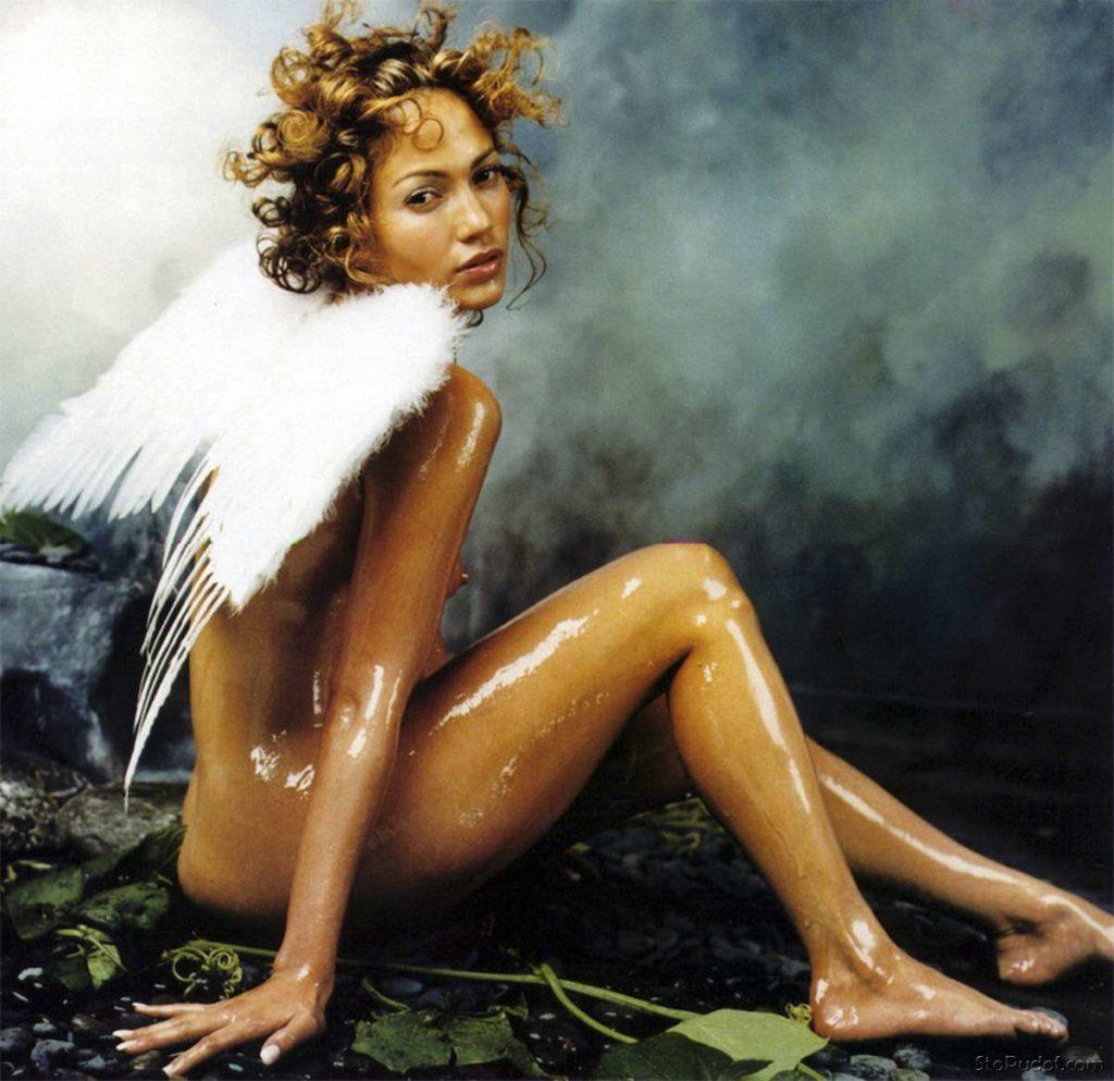 Дженифер Лопес гола фото картина вся блестит от масла с крылышками ангела на спине сидит на попе, вид сбоку