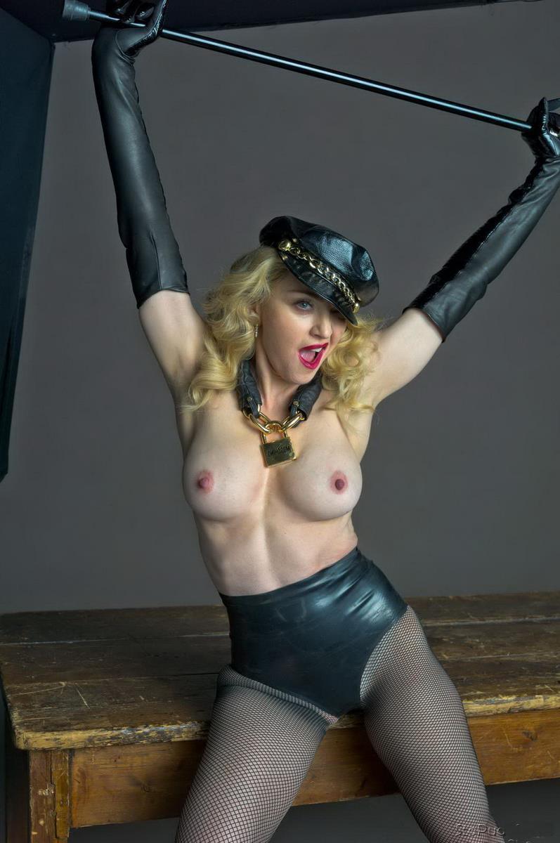 Мадонна фото голая по пояс в кожаной фуражке с хлыстом в руках в длинных кожаных перчатках, черных кожаных трусах шортах и колготах стоит приоткрыла рот