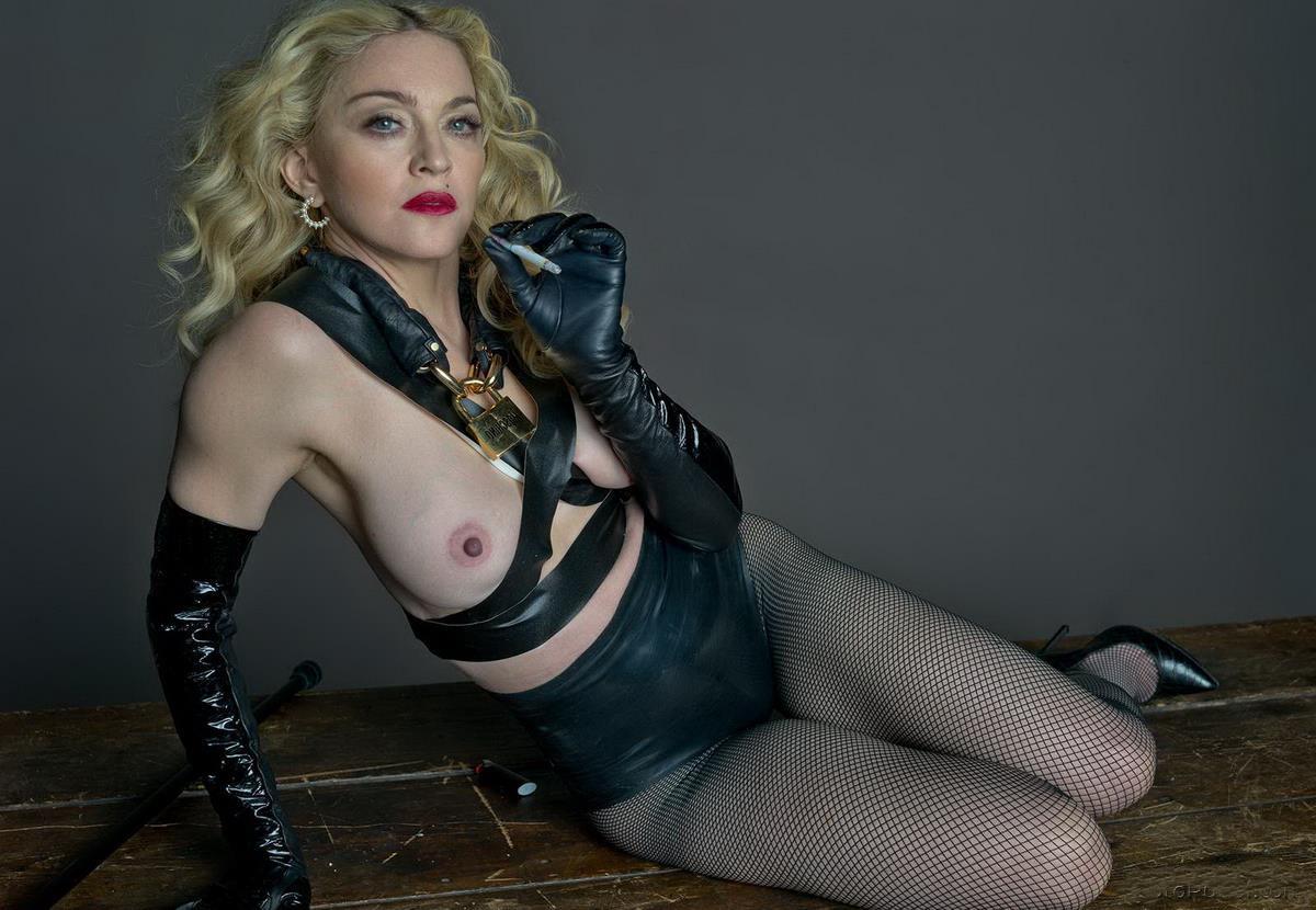 Мадонна фото с голыми сиськами сидит на попе