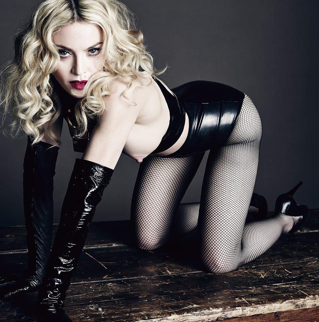 Мадонна фото стоит раком в черных кожаных длинных перчатках, колготках в сетку кожаном корсете яркие губы на каблуках
