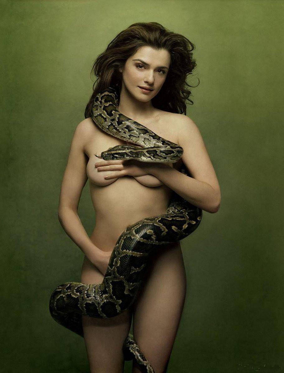 Рэйчел Вайс голая стоит обмотана змеей питоном