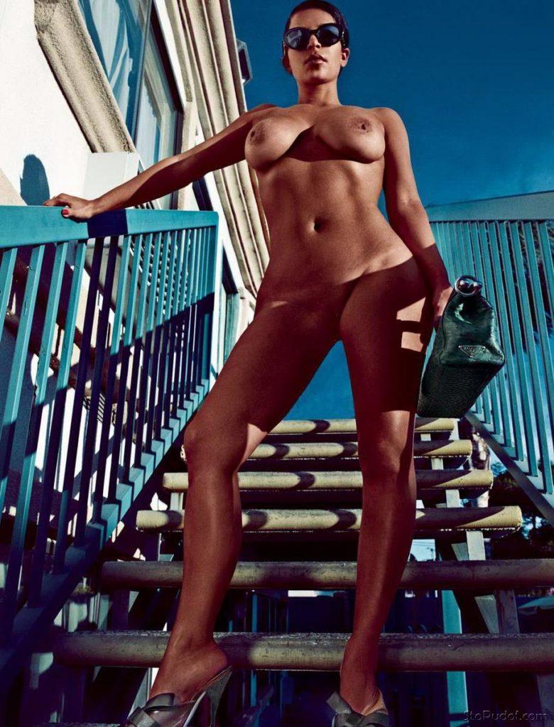 голые фото ким кардашьян стоит на лестнице на каблуках, вид снизу