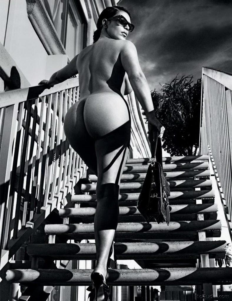 голые фото ким кардашьян стоит на лестнице на каблуках, вид снизу, повернута жопой