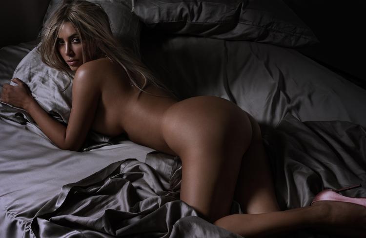 ким кардашьян жопа кверху в постели