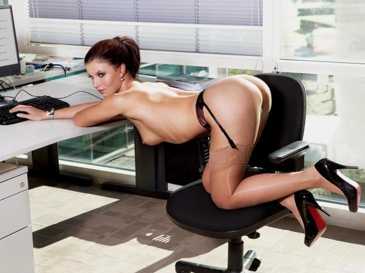 Фото гола секретарша стоит на коленях раком на офисном стуле, руки вытянуты, в светлых чулках на черном поясе туфлях на каблуке