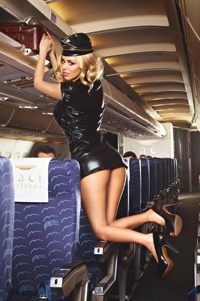 Красивые стюардессы в черном латексе на каблуках
