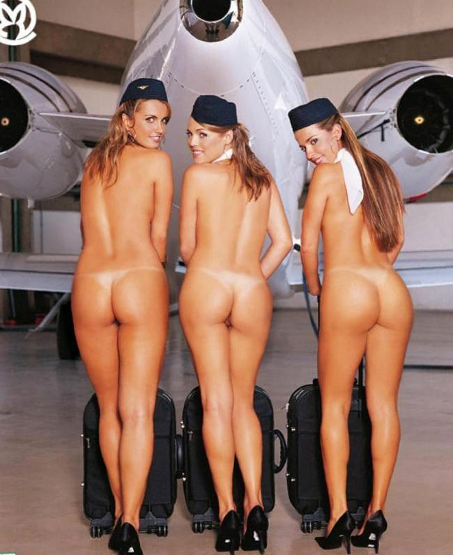 Голые стюардессы три на каблуках и в пилотках стоят возле самолета спиной к нам