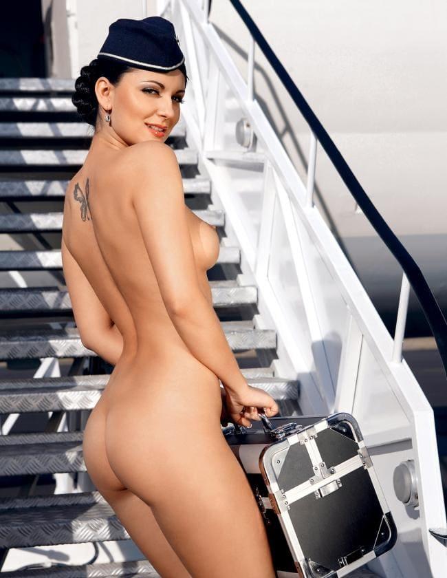 Голые стюардессы поднимается по трапу самолета на спине тату