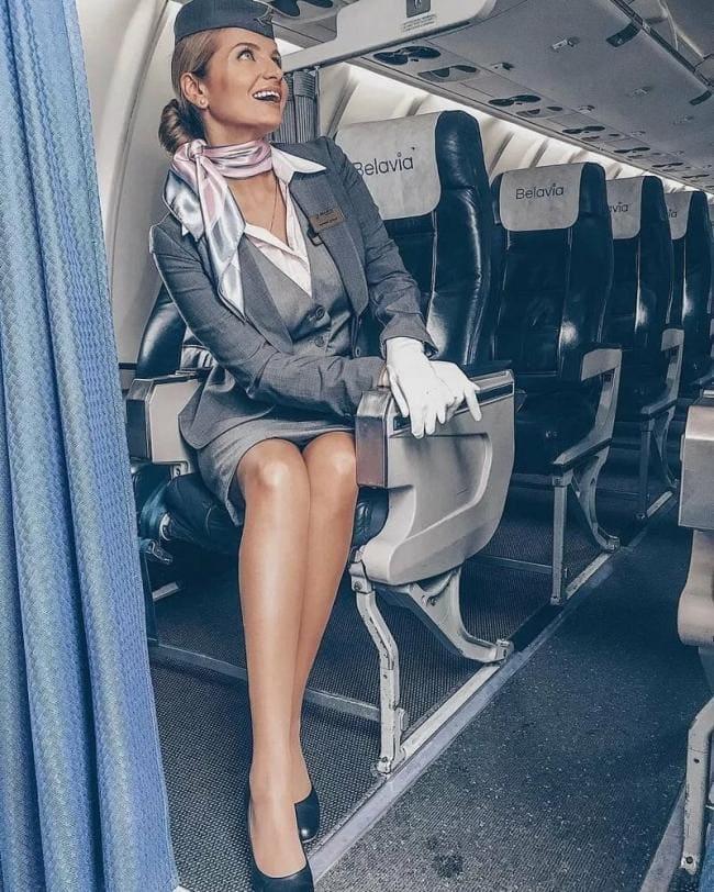 Красивые стюардессы в самолете сидит в кресле