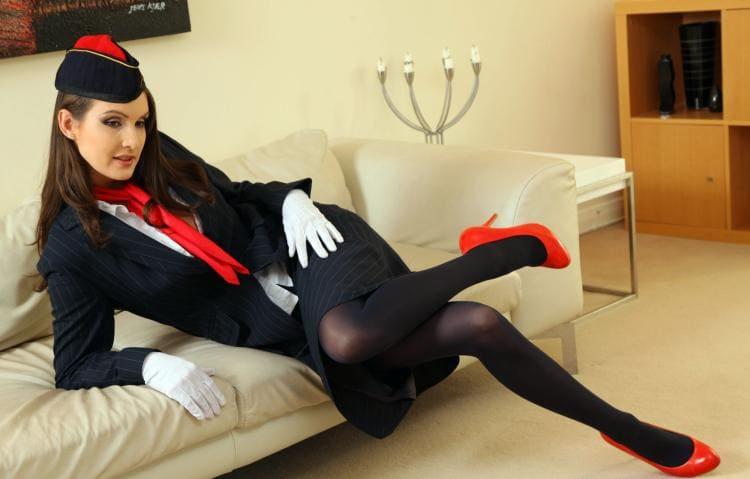 Стюардессы фото полулежа на диване, колготки туфли на каблуке, белые перчатки