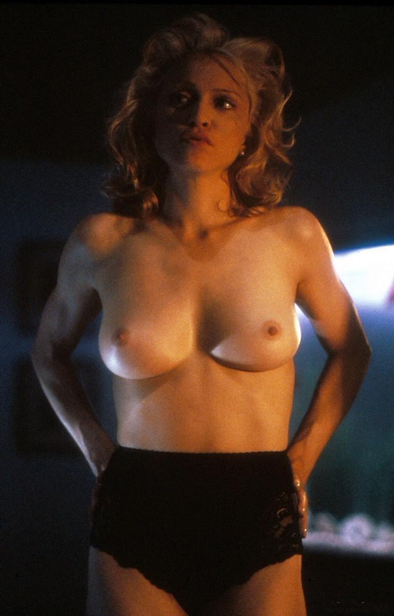 Мадонна фото голая стоит руки на бедрах в черных высоких трусах