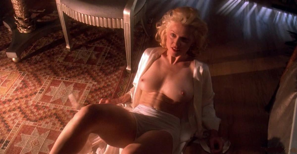 Мадонна фото в расстегнутом белом халате сидит на попе на полу