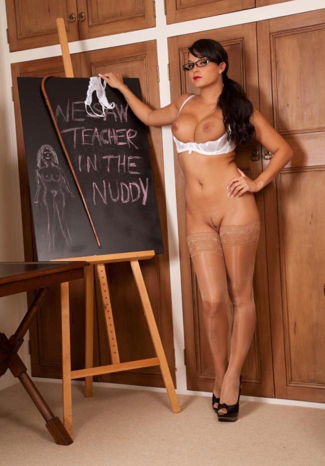Голые фото учительницы в чулках, очках, стоит у доски в босоножках на высоком каблуке, труы сняла повесила на доску, сиськи достала с бюстика, писька бритая