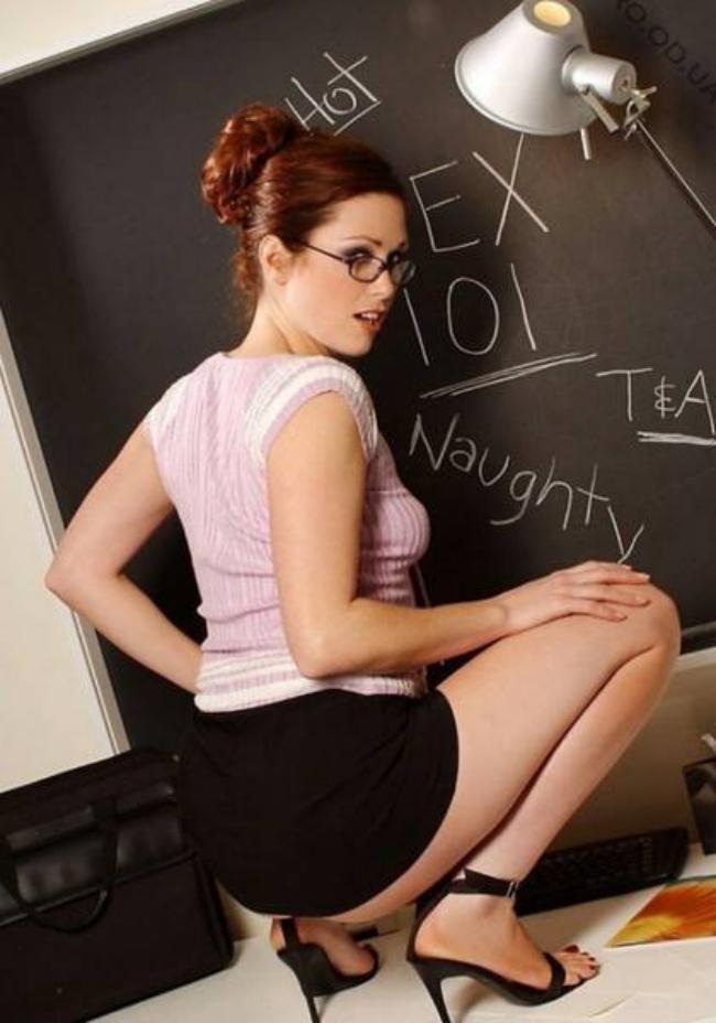 Молодые учительницы фото в очках сидит на корточках у доски, короткая черная юбка, оголенные ноги, вид сзади