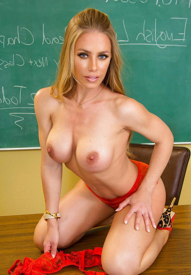 Голые фото учительницы красивой блондинки стоит на коленях на учительском столе