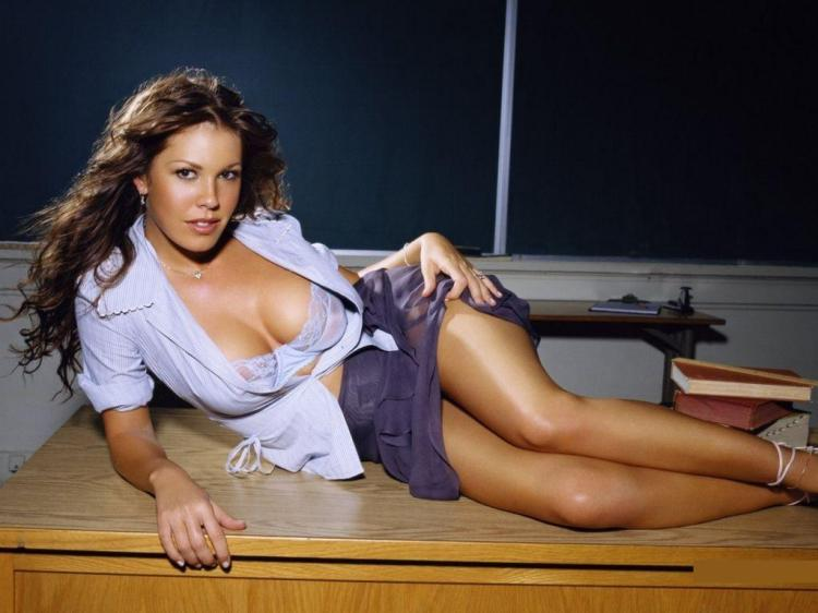Фото сексуальных учительниц лежит на боку на столе возле школьной доски, рубашечка расстегнута, открыв прелестные округлости груди, короткая юбка немного задрана,оголила свои красивые ножки