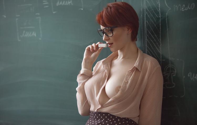 Фото сексуальных учительниц стоит у доски расстегнула кофточку оголила красивую грудь, очень эротично поднесла мел к губам