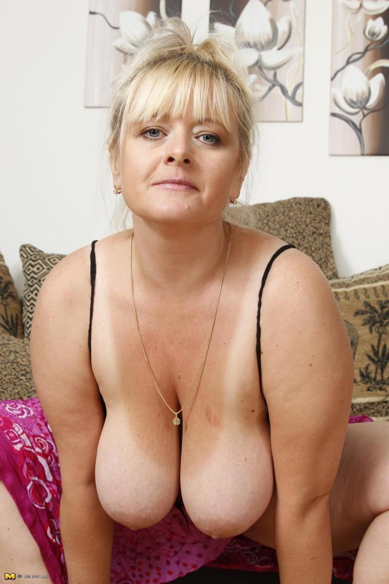 зрелые женщины с большими сиськами фото блондинки на диване немного спустила бюстик