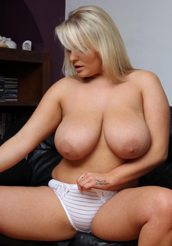 больший сиськи зрелой женщины красивой блондинки в белых трусиках, на кисти левой руки тату в виде бабочки