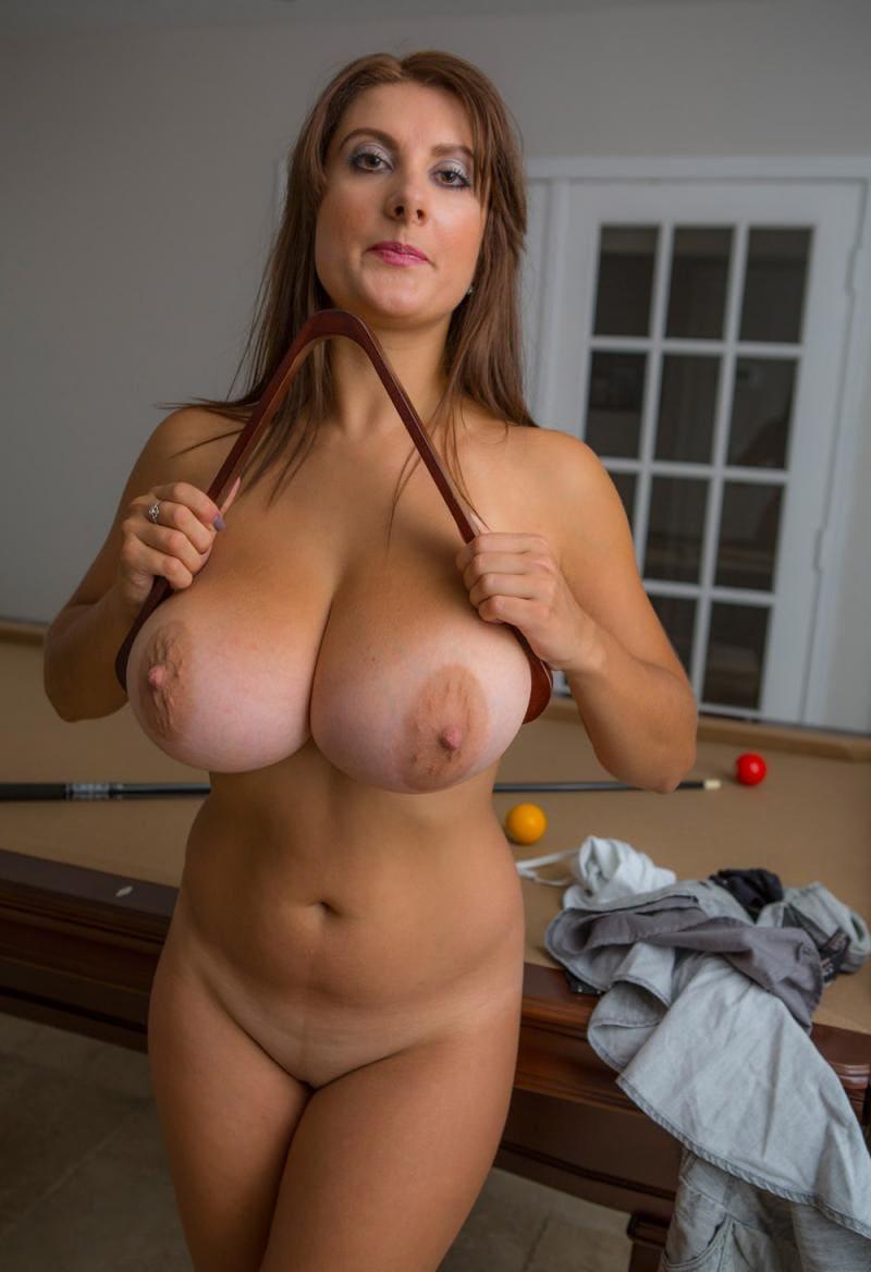 голые зрелые женщины с большими сиськами сломала кий возле бильярдного стола