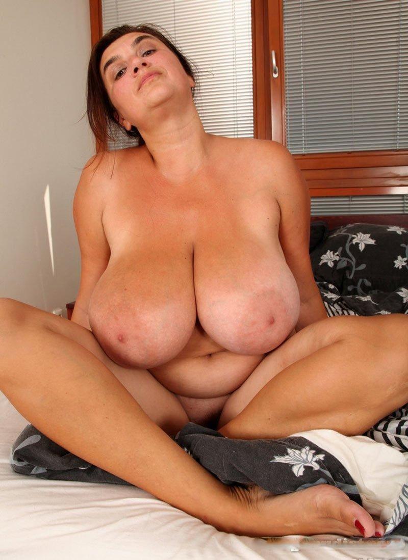 голые зрелые женщины с большими сиськами сидит на кровати раздвинув и скрестив ноги