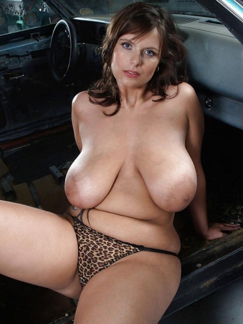 голые зрелые женщины с большими сиськами в леопардовых трусиках на переднем сидении автомобиля сидит немного расставив ноги