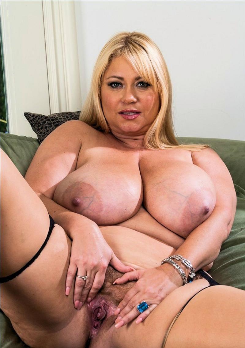 порно зрелых женщин с большими сиськами красивая блондинка на диване раздвинула широко ноги руками раскрыла свою волосатую пизду